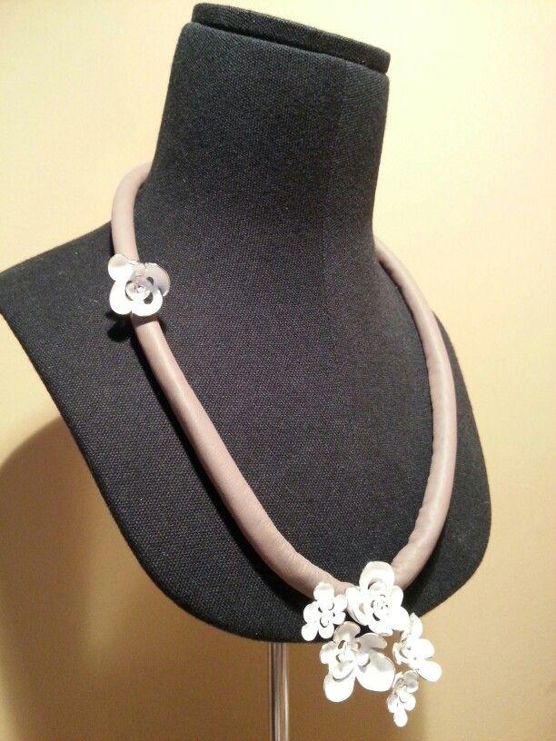 nu: Sterling silver flowers acid texture with grey leather Necklace. Without clasp // Collar de flores de plata de ley textura al acido y piel gris. Sin cierre.