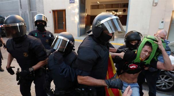 אלפי שוטרים בברצלונה סטודנטים מתבצרים המתיחות גואה לקראת משאל העם - נענע 10