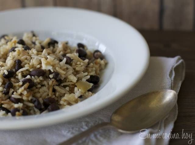 Deliciosa receta de arroz con porotos negros. Reconfortante y sabroso. Incluso más rico recalentado.
