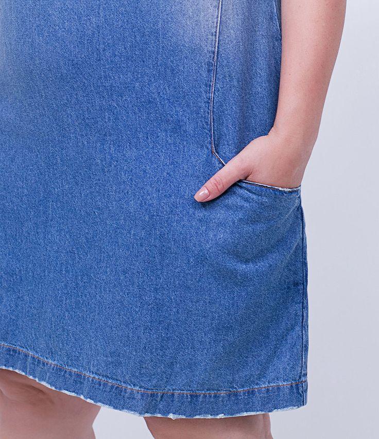 Vestido feminino Curve Size  Modelo t-shirt  Com bolsos  Fechamento de zíper nas costas  Marca: Ashua  Tecido: jeans  Composição: 100% algodão  Modelo veste tamanho: 50     Medidas da Modelo:     Altura: 1,72  Busto: 108  Cintura: 88  Quadril: 125    Veja outras opções de    produtos Ashua.       Esta é uma marca de venda exclusiva  ONLINE.     Na Ashua, você encontra peças desenhadas especialmente para valorizar as suas curvas.Cada mulher tem seu estilo, seu corpo e sua forma de se sentir…