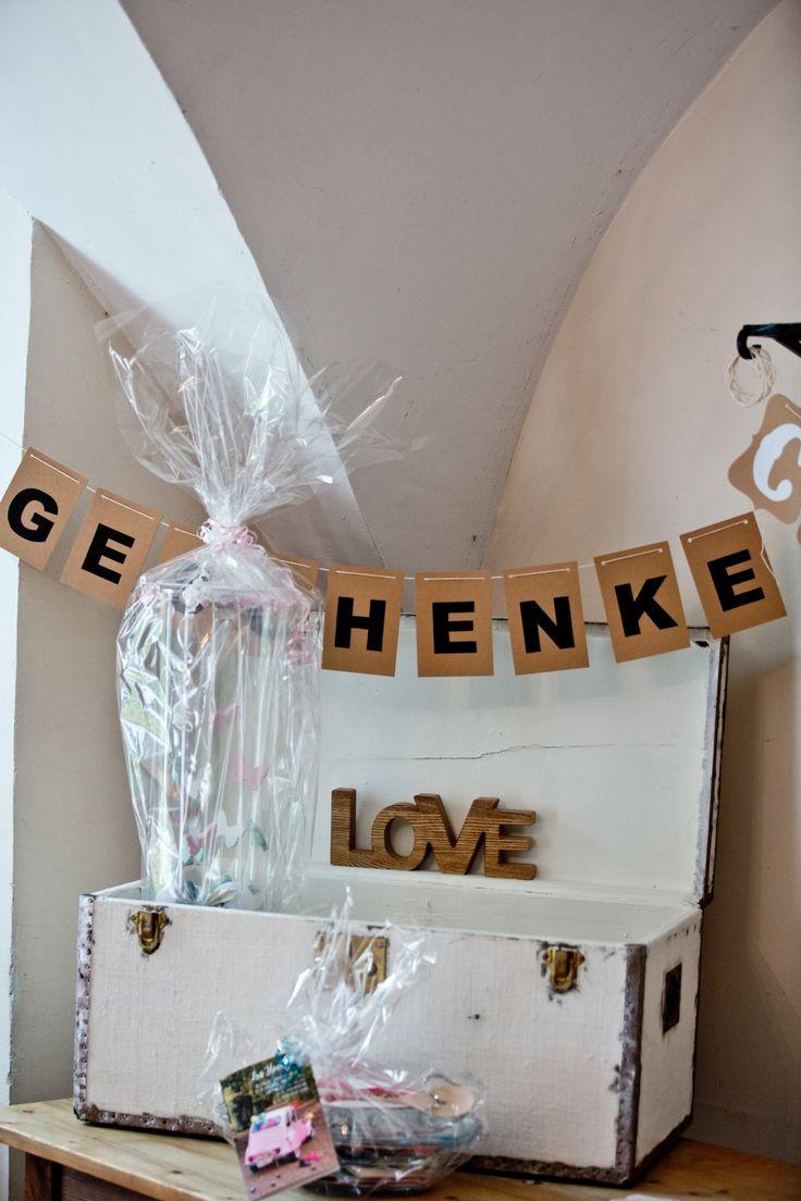 Geschenke-Tisch für Hochzeitsgeschenke mit weißer Truhe