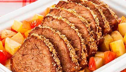 Friboi Receitas: Cupim Friboi assado com crosta de gergelim. Nem sempre é possível armar a churrasqueira para grelhar um cupim, principalmente durante a semana. A solução mais fácil é assar no forno, mesmo que leve um tempinho a mais. Envolver a carne no papel-alumínio ajuda no cozimento e, depois de macia, é só tirar e deixar dourar. Fica tão gostosa quanto na churrasqueira.