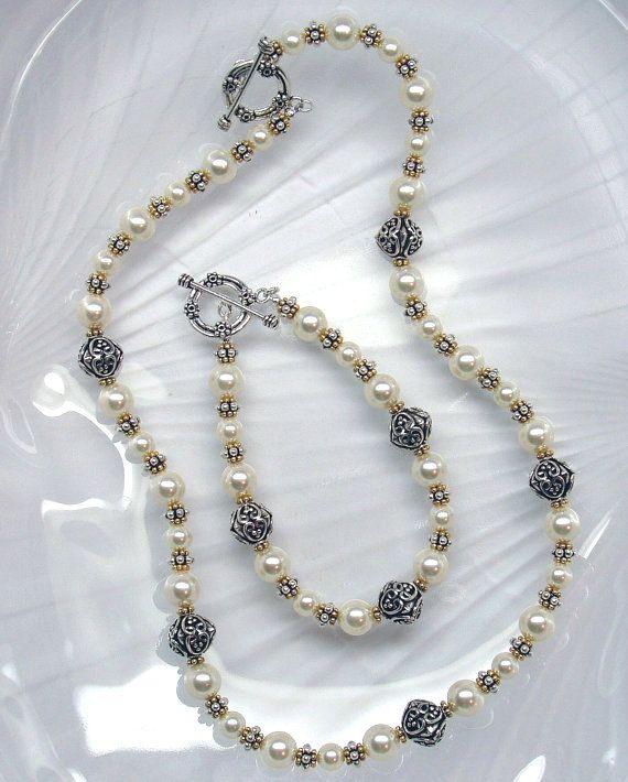 Este conjunto de collar y pulsera cuentas está diseñado con abalorios de Swarovski de 8mm cristal Perla, perlas de bali de plata de 10mm y separadores de plata y vermeil. Cierres son también plata.  Pulsera mide 7.5 pulgadas ($60,00) Collar mide 17-3/4 pulgadas ($115,00)  Usar vestidos o con sus pares preferidos de pantalones vaqueros.  Si desea comprar artículos por separado, o gustaría ajustar los tamaños, por favor convo.  ¡ESTABLECER LISTA de DESCUENTO - y pendientes a juego GRATIS c...