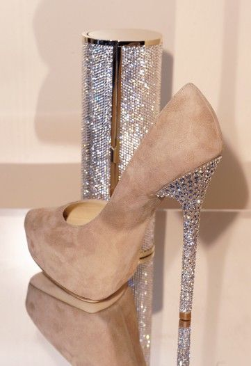 **gorgeous and the clutch matches the heel