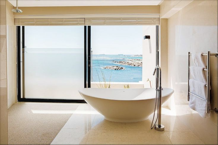 Relaxing in a bath like this with a view of the ocean ... what could be better? #campsbay #capetown #bath #luxury