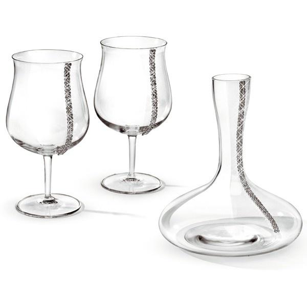 Un cadou extravagant, adresat celor care ştiu că servirea vinului presupune rigoare, măiestrie şi calitate, trei atribute ale unui singur nume, reper al excelenţei: Chinelli.    Un set ce înnobilează tradiția desăvârșită a păstrării și servirii vinului: un decantor pentru vin cu elemente Swarovski alături de două pahare speciale, decorate în aceeași notă maiestuoasă cu un șirag dublu de cristale Swarovski.