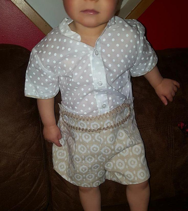 Miranda Textilesin paita ja housut. Paita on valkoinen ja siinä on valkoisia pilkkuja. Housut ovat vaaleanruskeat ja niissä on valkoinen kuviointi.