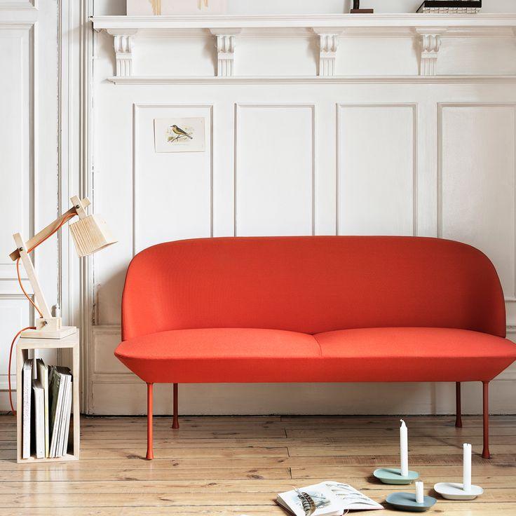 Oslo fåtölj tillverkad i lackad aluminium, klädd i tyg Hallingdal 407. Oslo-serien innehåller en soffa i 2-sits eller 3-sits, en fåtölj och en pall. Serien kombinerar ljus och modern design med ett ergonomiskt fokus. Med design av Anderssen & Voll och klädsel av Kvadrat står Oslo för hög kvalité och sittupplevelse.