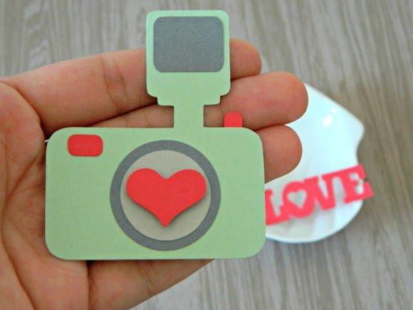 Scrapbook me faz lembrar viagem, recordações, fotografias. Nada como uma linda câmera para embelezar os nossos projetos, não é?  ----- * Material: Papel para scrapbook e 100% livre de ácido.   * Quantidade por pacote:  01 Recorte em formato de câmera com 5,8 x 6,8cm 01 Recorte da palavra Love com 5,0 x 2,0cm  * Recomendações de aplicação: Use cola especial para scrapbook e, de preferência, que seja livre de ácido.  Aproveitem! R$ 3,90