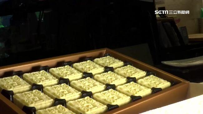 陸客減少後,伴手禮店的業績多少受到波及,為了擴大市場,糕點業者改為鎖定日、韓觀光客市場,除了原本的鳳梨酥再推各式糕點,像是綠豆冰糕,因為外型像和菓子,受到日本觀光客青睞,這一年的銷量增加1.5倍;而酥脆的蛋捲和牛軋餅乾,一來是因為韓國沒有類似點心,二來是抓到韓客喜歡酥脆口感,也成了伴手禮店新寵。