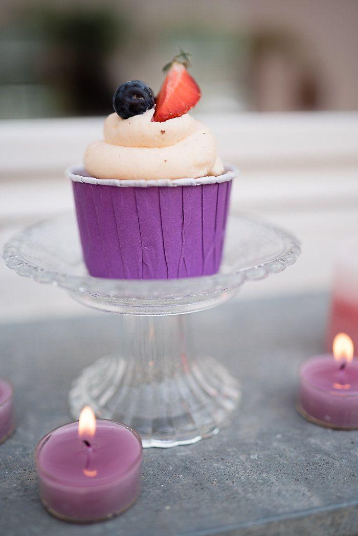 Hochzeitsdeko mit Flieder | Friedatheres.com purple cupcakes Fotografie: Anna Zeiter Photography Papeterie  und Planung : Hochzeitsagentur Efi Blumen: Blumen Heck