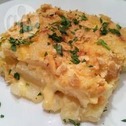 Een recept voor aardappelen met ui gemengd in een romige kaassaus en gebakken met een knapperige Parmezaanse kaaskorst. Een fantastisch bijgerecht!