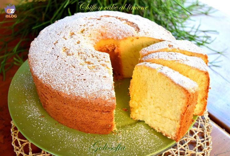 Chiffon cake al limone, una torta straordinaria, sofficissima e delicata, priva di burro. Un dolce ideale per la prima colazione o come pausa dolcissima.