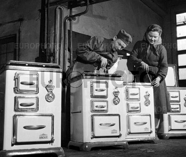Készülnek a tűzhelyek a Zománcipari Művek Salgótarjáni Gyárában 1959-ben Fotó: Gere László (Europhoto)