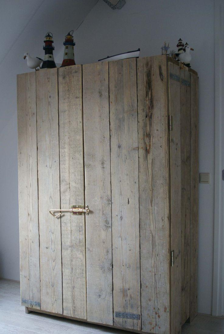Op maat gemaakte kast van steigerhout. 120 x 63 x 200 cm. prijs incl 1 legplank en 1 roede 450 euro. Prijs 450 euro. Eventueel ander afmeting of indeling mogelijk. Prijs af werkplaats