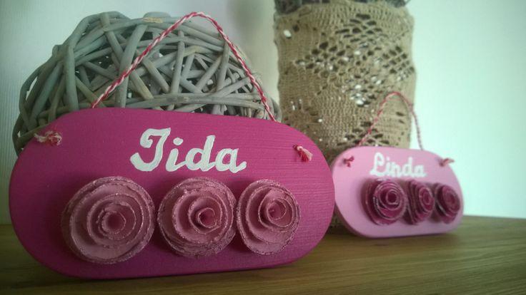Sukulaistytöille tein pienet nimikyltit ruusujen kera, kummallekin oman väriset...