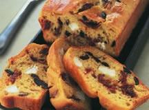 CAKE SALE : CAKE AU CHEVRE, OLIVES NOIRES ET TOMATES MI-SECHEES