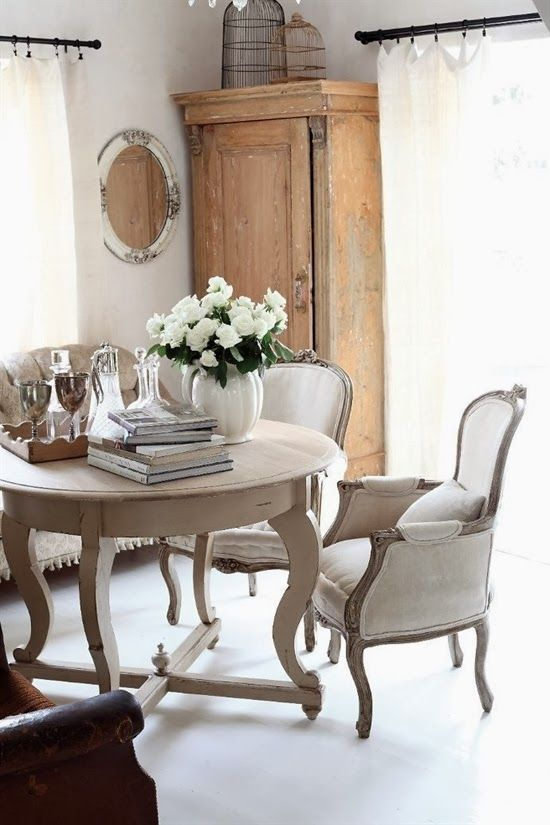 Lee Caroline - A World of Inspiration: Small dining areas - The versatile circular table