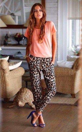 Tenue: T-shirt à col rond rose, Pantalon carotte imprimé léopard brun, Sandales à talons en daim , Montre