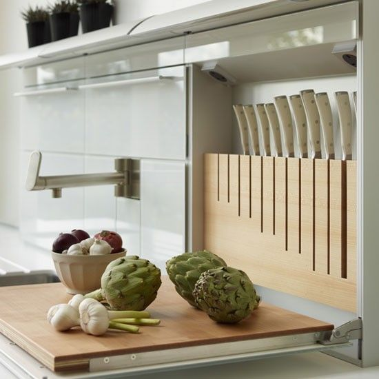 Free up work space with a handy drop-down chopping block with accompanying knife storage. It is also useful for keeping knives and sharp utensils hidden out of view from children