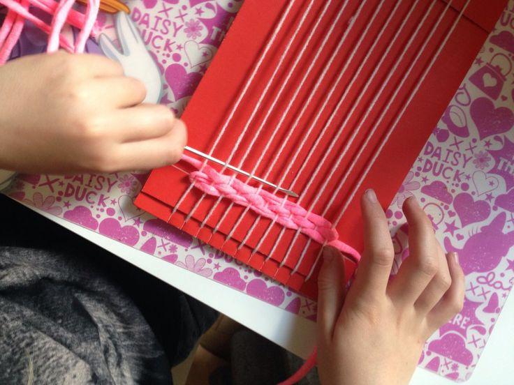 Weben mit Kindern - einfache Webrahmen aus Pappe bauen // simple weaving with kids on cardboard  // von knobz