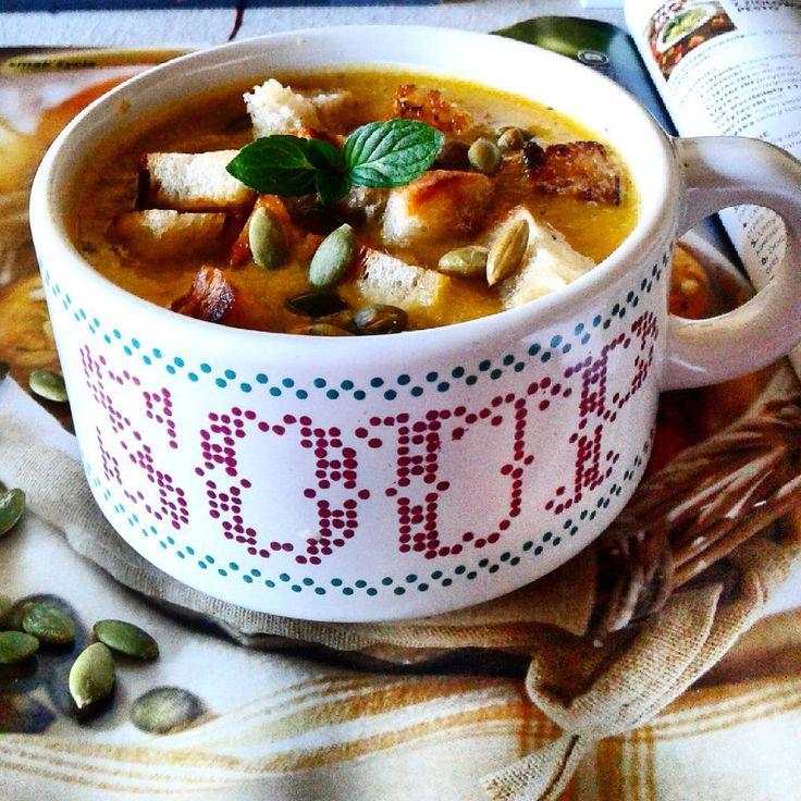 Na rozgrzewkę zupa dyniowo-cukiniowa.#zupa #grzanki #nasionadyni #smacznego #pumpkinsup ##yummy