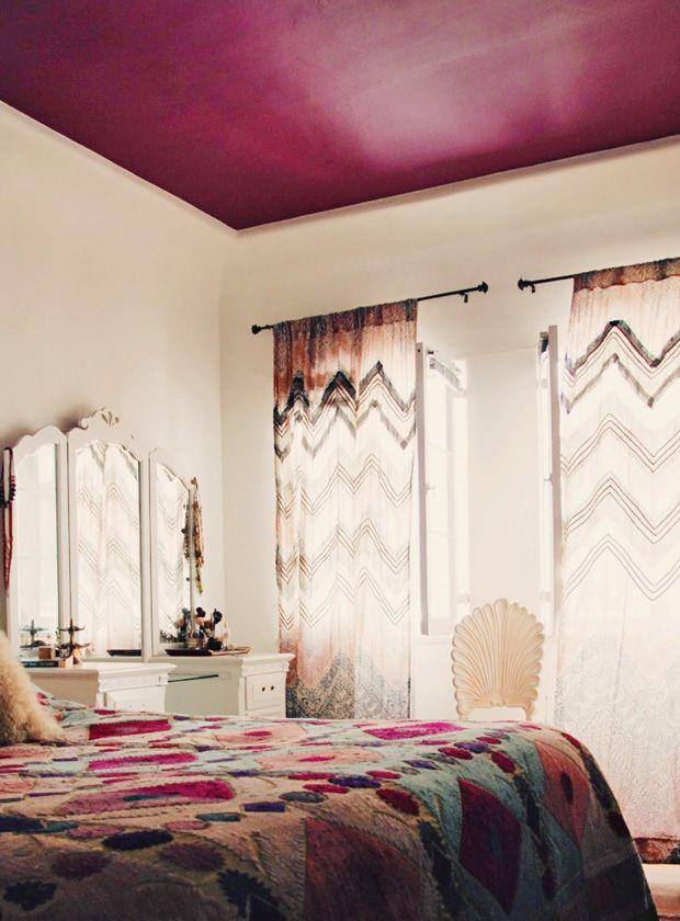 Teto colorido e paredes claras são tão exóticos quanto essa cortina MARA.