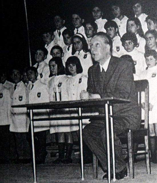 Borges todo el año: Jorge Luis Borges: Biblioteca - Foto: Borges visita la biblioteca de la Escuela Almafuerte de Ramos Mejía