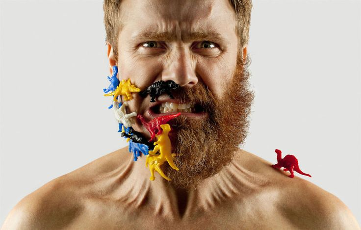 Adriano Alarcon, tenant du compte Tumblr Fifty Fifty Selfie Barber Shop, ne s'est rasé qu'une moitié de sa barbe puis il s'est amusé à compenser sa moitié de barbe manquante en la complétant avec des objets du quotidien, de la nourriture et même des insectes (oui, il l'a vraiment fait, Photoshop n'a rien à voir là-dedans).