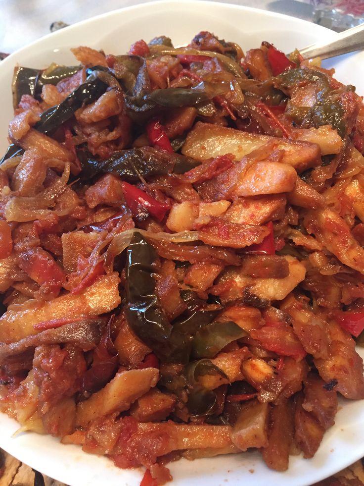 Peperone / Pepper Peperonata è un piatto vegetariano a base di peperoni tipico della cucina siciliana da sempre amato da mio papà. Quando ero piccola durante la cottura rubavo sempre le patatine f…