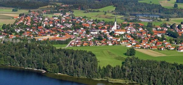 Eggstätt -17 funkelnde Seen! Nordwestlich vom Chiemsee, 5 km entfernt, zwischen sanften Hügeln und zahlreichen Seen liegt Eggstätt in einem der größten und ältesten Naturschutzgebiete Bayerns, der Eggstätter-Hemhofer Seenplatte. Traumhafte Wander- und Radwege führen durch eine bezaubernde und einzigartige Seenlandschaft. Viele Strecken mit unterschiedlichen Anforderungen stehen Nordic Walkern zur Auswahl.