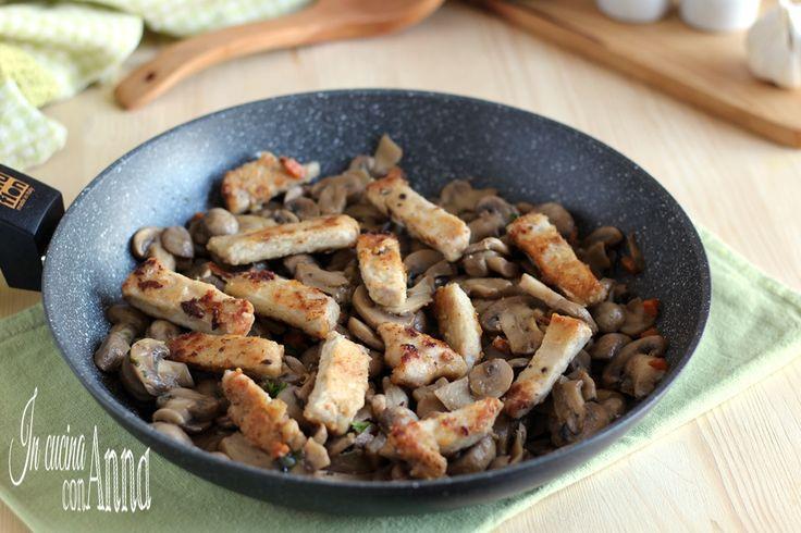 La padellata di funghi e straccetti di maiale è un piatto unico gustoso e tanto saporito,si prepara in pocho tempo e conquista tutti...