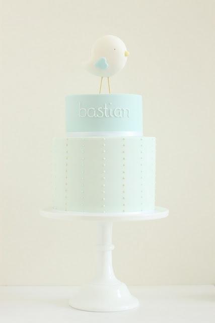 Tarta en tono pastel con puntitos blancos