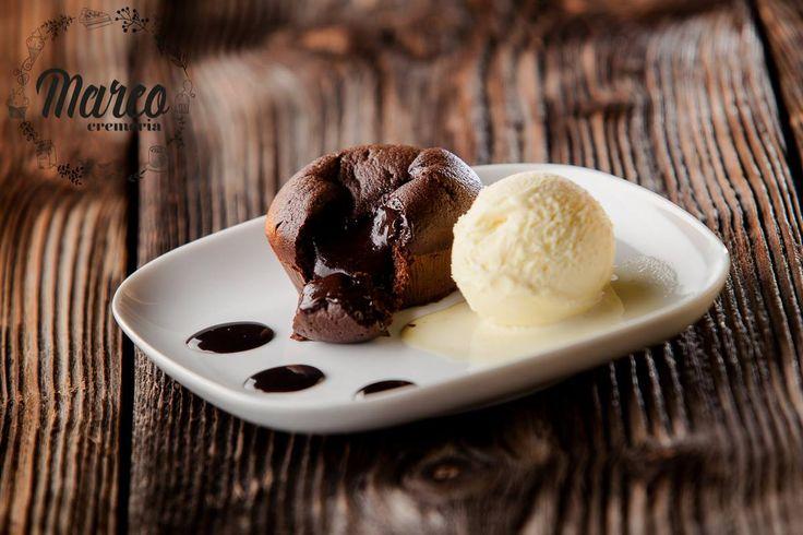 Sufleu de înghețată cu vanilie sau vulcan de ciocolată este numele acestui desert minunat.  Gustă fericirea la Cremeria Marco! Torturi. Prajituri. Inghetata. Pitesti.