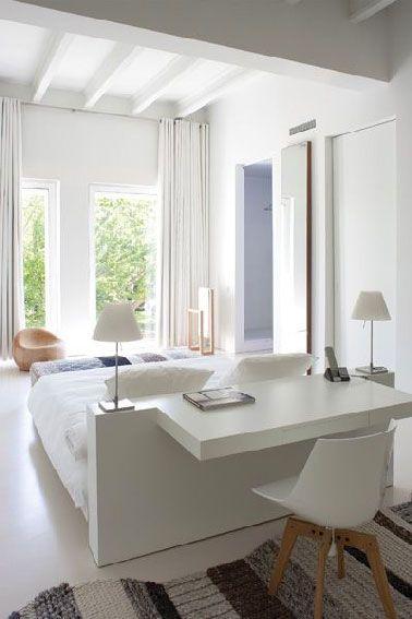 Un coin bureau dans la chambre qui partie intégrante de la tête de lit dans une chambre moderne c'est la meilleure solution pour gagner de la place. Une telle configuration suppose que le lit soit placé au centre de la chambre et tant qu'à faire face à la fenêtre ou la baie vitrée . Pour faire cette tête de lit double fonctions, des planches de stratifié fixées sur un châssis de tasseaux de 10X10cm constituent la tête en elle-même et le plateau du bureau construit sur le même principe est…