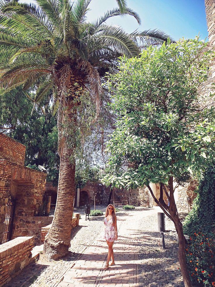 "Se face o luna, de cand am plecat de acasa! 😱😍 ""Se coc"" cateva postari din vacanta!   Jumpsuit Zaful goo.gl/cmZRfb  #romanianblogger #travel #travelblogger #instatravel #spain #malaga — at Alcazaba."