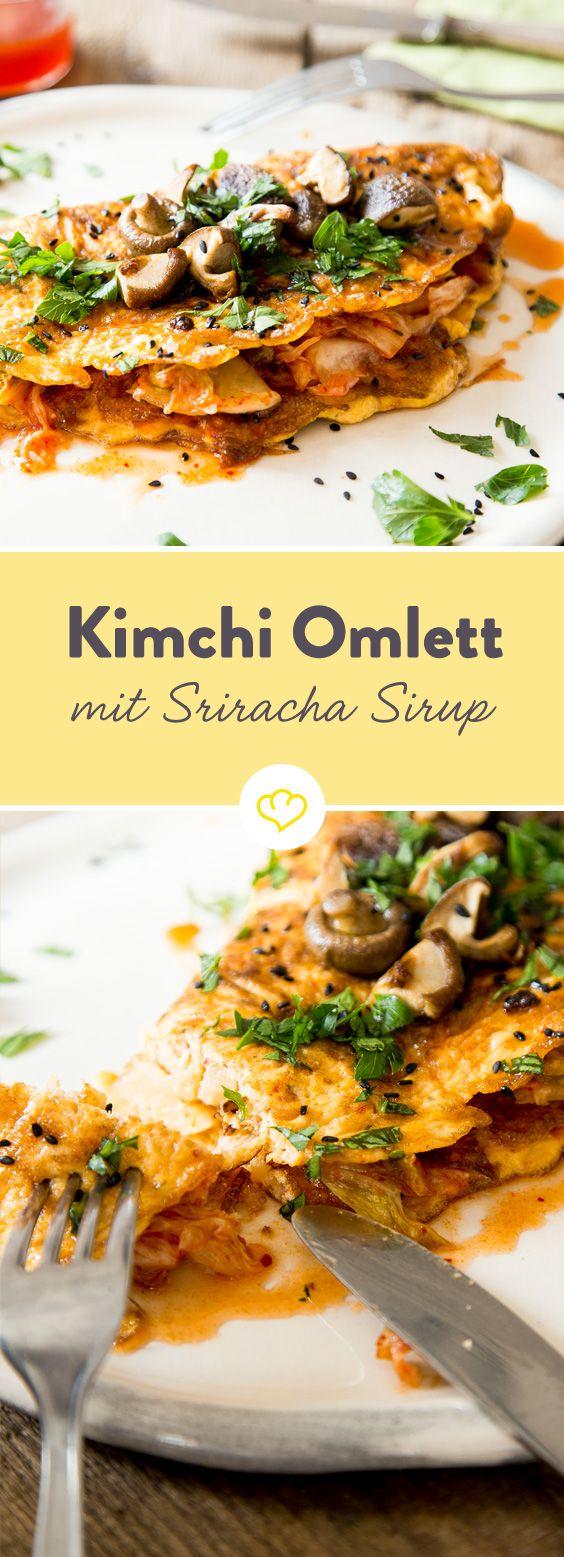 Als Kimchi bezeichnet man in der koreanischen Küche eingelegten Chinakohl. Die Blätter werden 4-5 Stunden in Salz eingelegt, abgewaschen und dann in einer Mischung aus Knoblauch, Gewürzen, Zwiebel und Chili dunkel eingelagert. In dieser Zeit fängt der Kohl an zu gären und entwickelt einen ganz besonderen, sehr intensiven Geschmack. Hört sich nach ziemlich viel Arbeit an? Keine Angst, für dieses Rezept kannst du problemlos gekauften Kimchi verwenden.