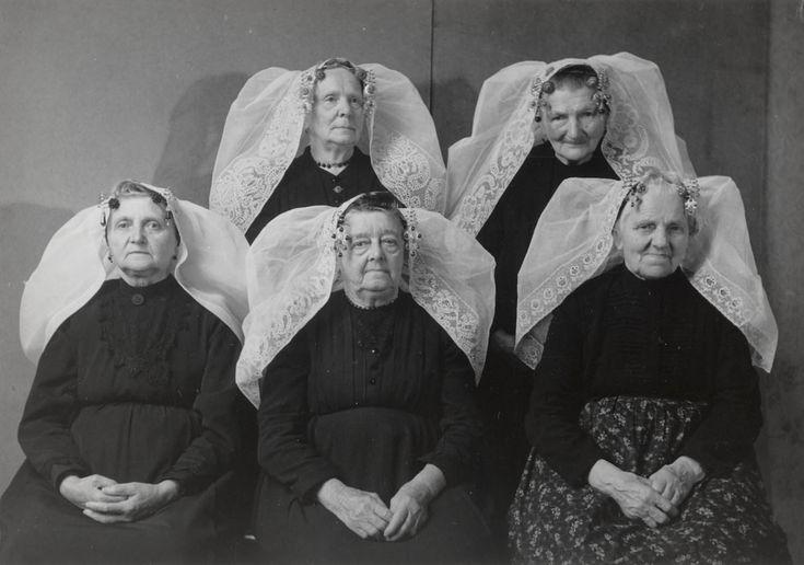 Five women of  Noord-Beveland. Photo by B. Lukkien, 1956