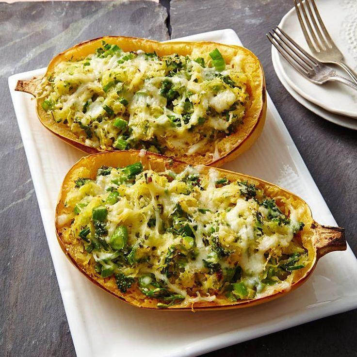 Este platillo es bajo en carbohidratos. La lasaña de calabaza de espagueti con broccolini tiene un suculento sabor por la combinación del ajo con el queso, que se combina en esta cazuela de una manera