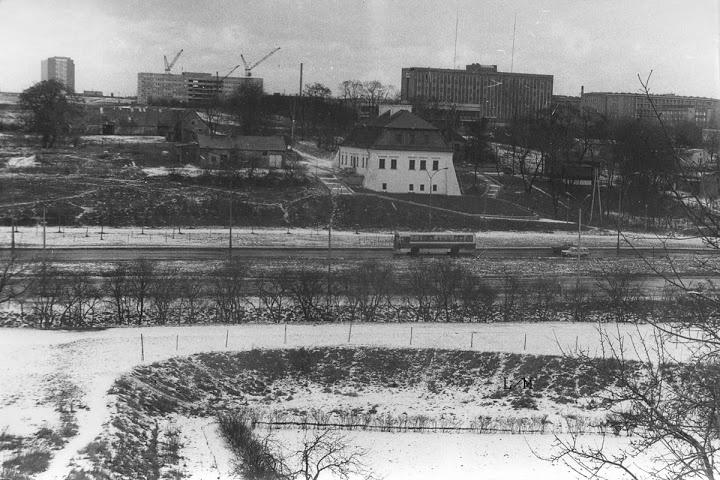 Czechów 1983 r.,  Dworek Chrzanowskich, w tle z lewej centrala przy ul.Chodźki oraz szpital dziecięcy w budowie.