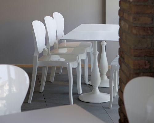 Queen è una sedia elegante e moderna disegnata da Claudio Dondoli e Marco Pocci per Pedrali. Impilabile ed interamente realizzata in policarbonato, è disponibile in diverse varianti di colore.