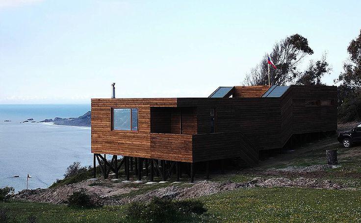 casa sobre acantilado en chile .... pura madera, pura vida.-