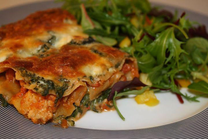 Lasagne med kylling, grøntsager og hytteost 4-6 personer Ingredienser 450 g hakket kylling Lasagneplader 1 stort løg eller 2 små, revet eller finthakket 2 gulerødder, groft revet 1/2 squash, i tern 1 snackpeber, i tern 1 glas tomatsauce (ca. 475 g) 500 g. frossen spinat 450 g. hytteost (1 stort bæger) 200 g. revet ost...Læs mere »