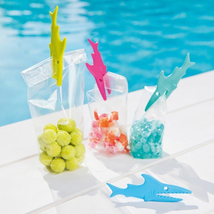 Zestaw 4 klipsów Sharky niemieckiej marki Koziol. Produkt został wykonany z tworzywa sztucznego. Klipsy znajdują swoje zastosowanie zarówno w kuchni - aby zamknąć otwartą już wcześniej torebkę jak i w łazience - aby przypiąć pranie. Dostępne są w różnych wariantach kolorystycznych.
