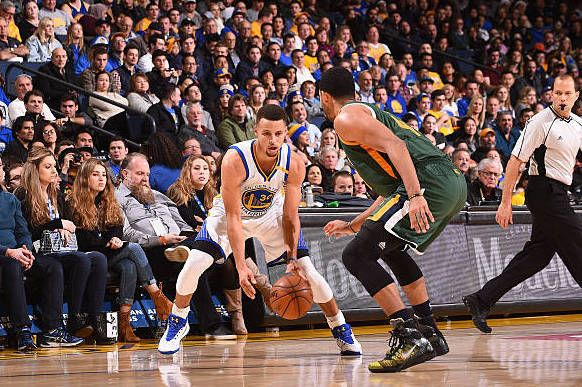 OAKLAND, CA - DECEMBER 20: Stephen Curry #30 of the Golden State Warriors handles the ball against the Utah Jazz on December 20, 2016 at ORACLE Arena in Oakland, California. NOTE TO USER: User expressly acknowledges and agrees that, by downloading and or