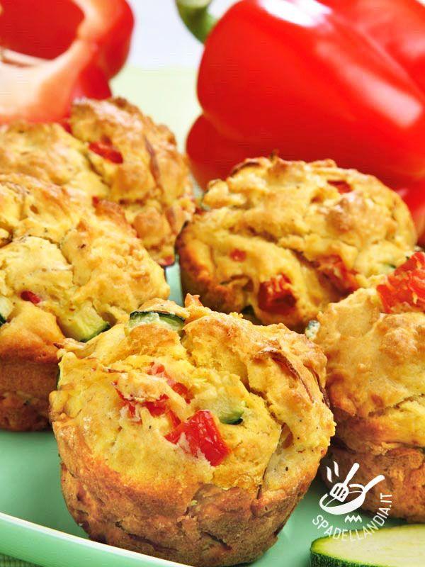 Muffins with peppers and zucchini - Avete mai provato i muffins salati? I Muffins con peperoni e zucchine sono così gustosi che non fanno rimpiangere i loro gemellini dolci.