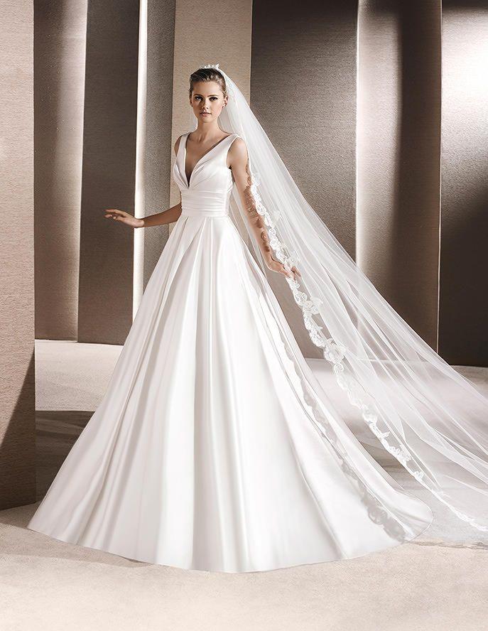 Kleid mit V-Ausschnitt aus Satin