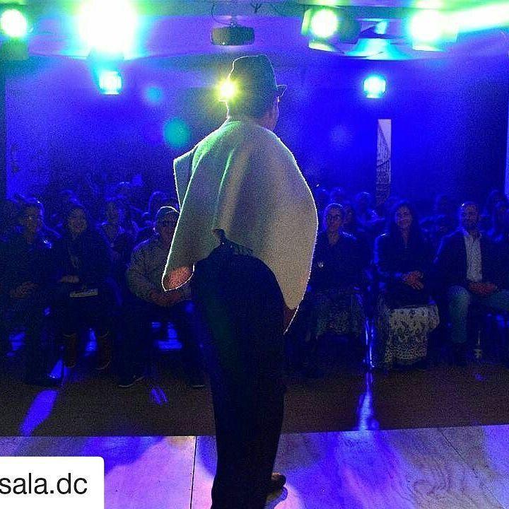 #Repost @lasala.dc (@get_repost)  Esta #noche en La Sala: #intimidades de mis #patrones de @humorguachiman. Con la visita de el #paparazzito!  Puedes encontrar en nuestro café deliciosos #pasabocas de @brownieriamorenobrownie para acompañar la velada.  #humor #teatro  #comedia #parkway
