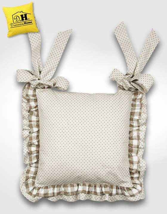 Il cuscino per sedia della Collezione Fiocchi Beige in versione a pois by Angelica Home & Country