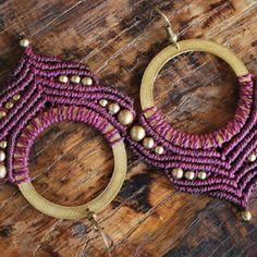 Boucles d'oreilles micro macramé violet et perles de laiton sur anneau en laiton